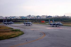 那覇空港 後ろで離陸待ちをする自衛隊機