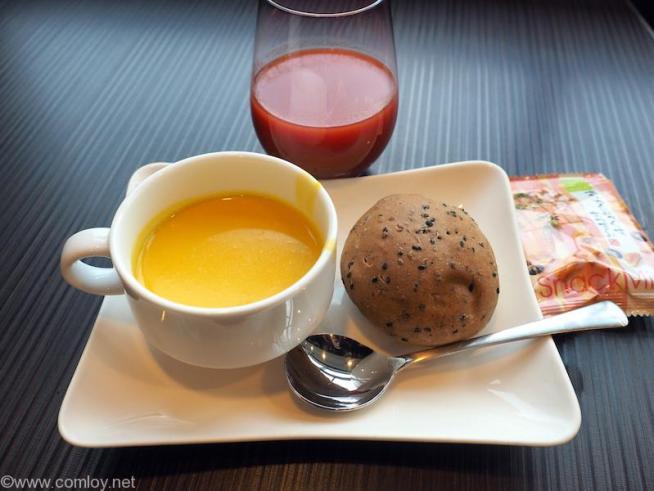 羽田空港 ANA SUITE LOUNGE パンプキンスープとごまパン