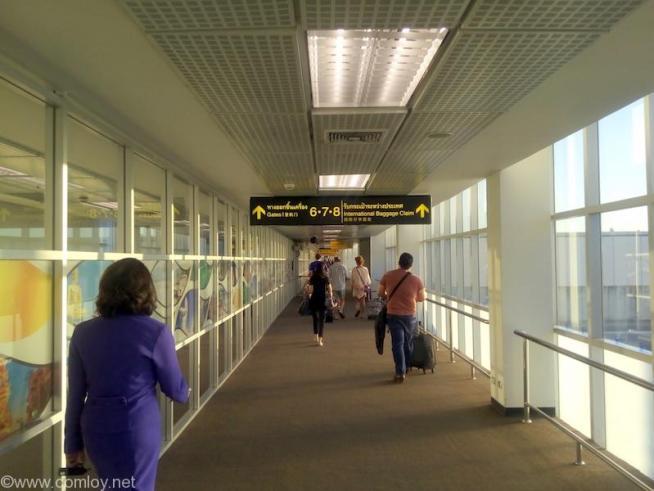 チェンマイ空港でボーディングブリッジまで歩く