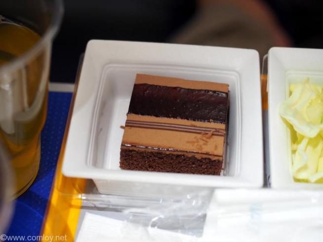 全日空 NH803  成田 - シンガポール プレミアムエコノミー 機内食 チョコレートケーキ