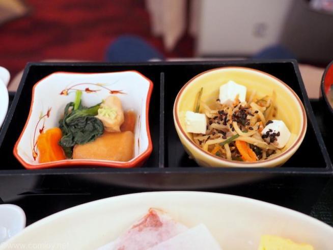 日本航空 JAL902 那覇 - 羽田 国内線ファーストクラス機内食 小鉢 鶏治部煮 塩麹金平