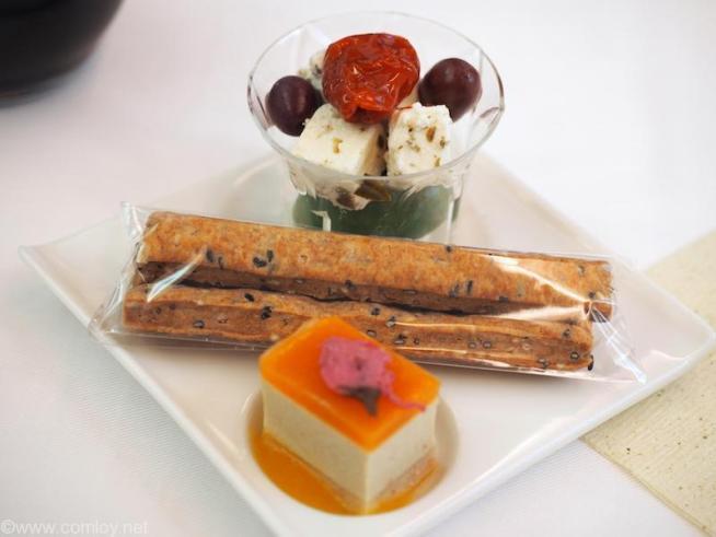NH807 成田-バンコク ビジネスクラス 機内食 アミューズ 胡麻スティック フォアグラムースとアプリコットジャム 2種のオリーブとチーズ ハーブオイルとともに