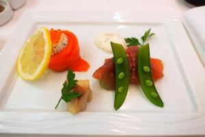 NH807 成田-バンコク ビジネスクラス 機内食 アペタイザー 牛生ハムとずわい蟹のサラダをスモークサーモントラウトとともに ブレッド バゲッド ポテトフォッカッチャ