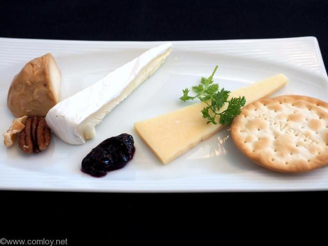 日本航空 JL37 羽田 - シンガポール ビジネスクラス機内食 チーズの盛り合わせ