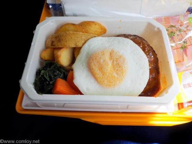 全日空 ANA853 羽田 - 台北(松山)エコノミークラス 機内食 ハンバーグに目玉焼き