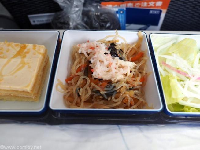 全日空 ANA853 羽田 - 台北(松山)エコノミークラス 機内食 春雨サラダと蒸し鶏、カニカマフレーク