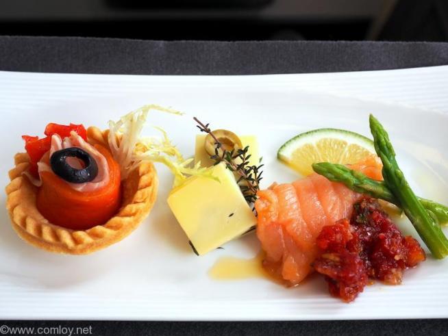 日本航空 JL96 台北(松山) - 羽田 ビジネスクラス 機内食 アペタイザー 赤ピーマンとパルマハムのロール バジルチーズ スモークサーモンロール ドライトマトペースト添え