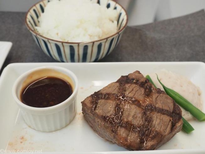 日本航空JL707 成田 - バンコク ビジネスクラス 機内食 メインディッシュ 和牛サーロインステーキ グリーンペッパーソース &炊きたてご飯