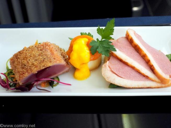 全日空 NH853 羽田 - 台北(松山)ビジネスクラス機内食 アペタイザー テフをまとわせたスモークツナの叩き 合鴨のスモーク