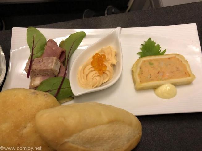 日本航空 JL99 羽田 - 台北(松山)ビジネスクラス機内食  アペタイザー 鴨燻製とパテドカンパーニュ サーモンムース シーフードのパテアンクルート 柚子胡椒マヨネーズソース