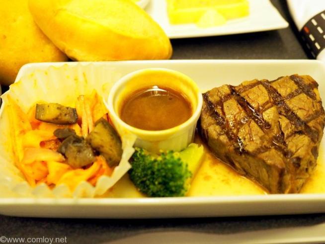 日本航空 JL99 羽田 - 台北(松山)ビジネスクラス機内食 メインディッシュ 牛フィレ肉のグリル クリーミーマディラソース