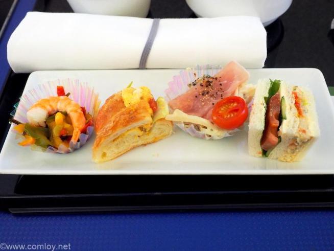 全日空 ANA245 羽田 - 福岡 プレミアムクラス 機内食 パプリカ彩りミックスの塩昆布ドレッシング タマゴカレーのクロワッサンサンド ポテトときのこのサラダ生ハム ホタテサラダと野菜のサンドイッチ