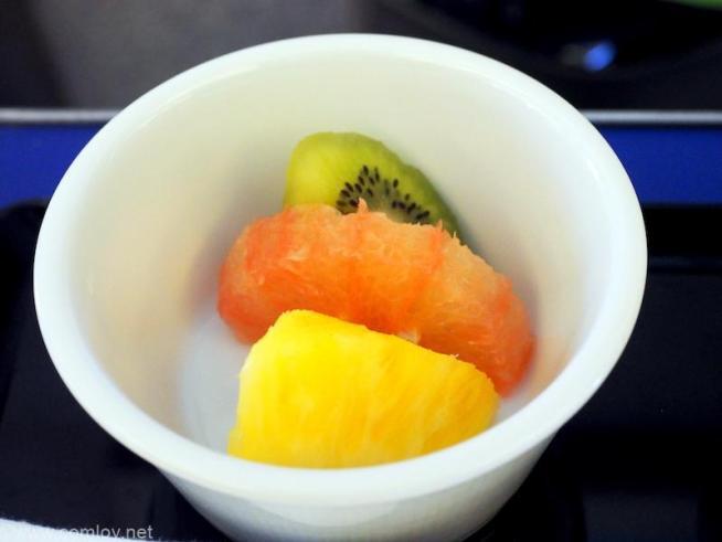 全日空 ANA245 羽田 - 福岡 プレミアムクラス 機内食 パイナップル、ルビーグレープフルーツ、キウイフルーツ