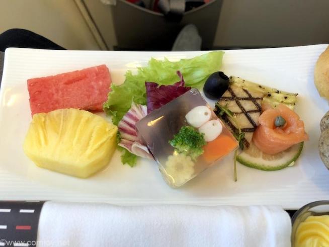 日本航空 JL814 台北(桃園) - 関西 ビジネスクラス機内食 アペタイザー 海老と野菜のゼリー寄せ スモークサーモン 野菜のグリル添え フレッシュフルーツ