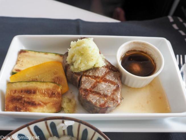 日本航空 JL31 羽田 - バンコク ビジネスクラス 機内食  和牛サーロインステーキ コールラビソース、ズッキーニ添え