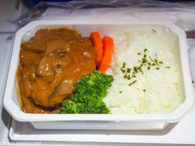 全日空 NH854 台北 - 羽田 エコノミークラス機内食 ビーフとポークのハンバーグ クリーミーマッシュルームソース