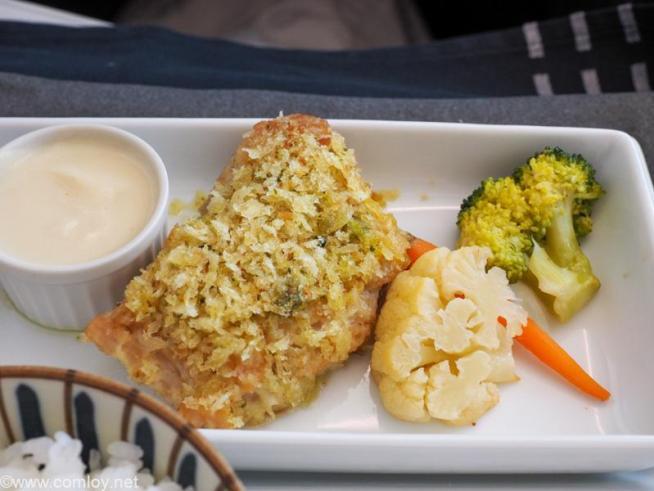 日本航空 JL32 バンコク - 羽田 ビジネスクラス 機内食 メインディッシュ 鶏もも肉の香草パン粉ロースト カリフラワーヴルーテソース