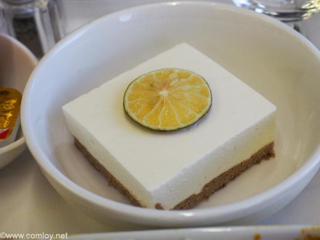 マレーシア航空 MH780 クアラルンプール - バンコク ビジネスクラス 機内食 Dessert Passionfruit and White Chocolate Mousse Caramelised lime
