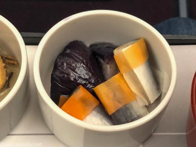 日本航空 JAL920 那覇 - 羽田 ファーストクラス機内食 小鉢 千両茄子とままかりの酢漬け