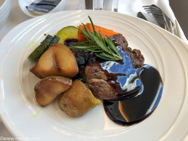 マレーシア航空 MH89 成田 - クアラルンプール ビジネスクラス機内食 (Chef-on-Call) Grilled Fillet of Beef with Balsamic Gravy Served with roasted potatoes, saulteed zucchini and carrots.