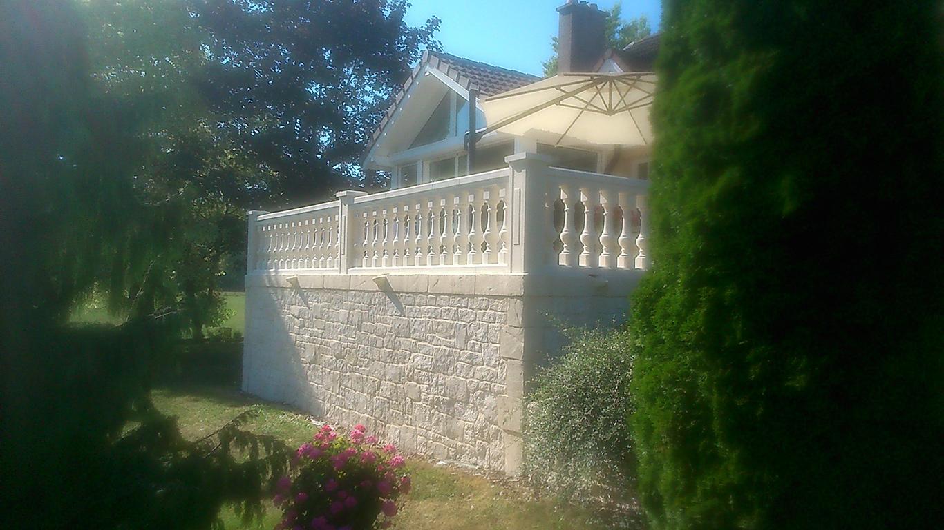enduit imitation pierre sur soubassement de terrasse aves ballustre en pierre reconstituée