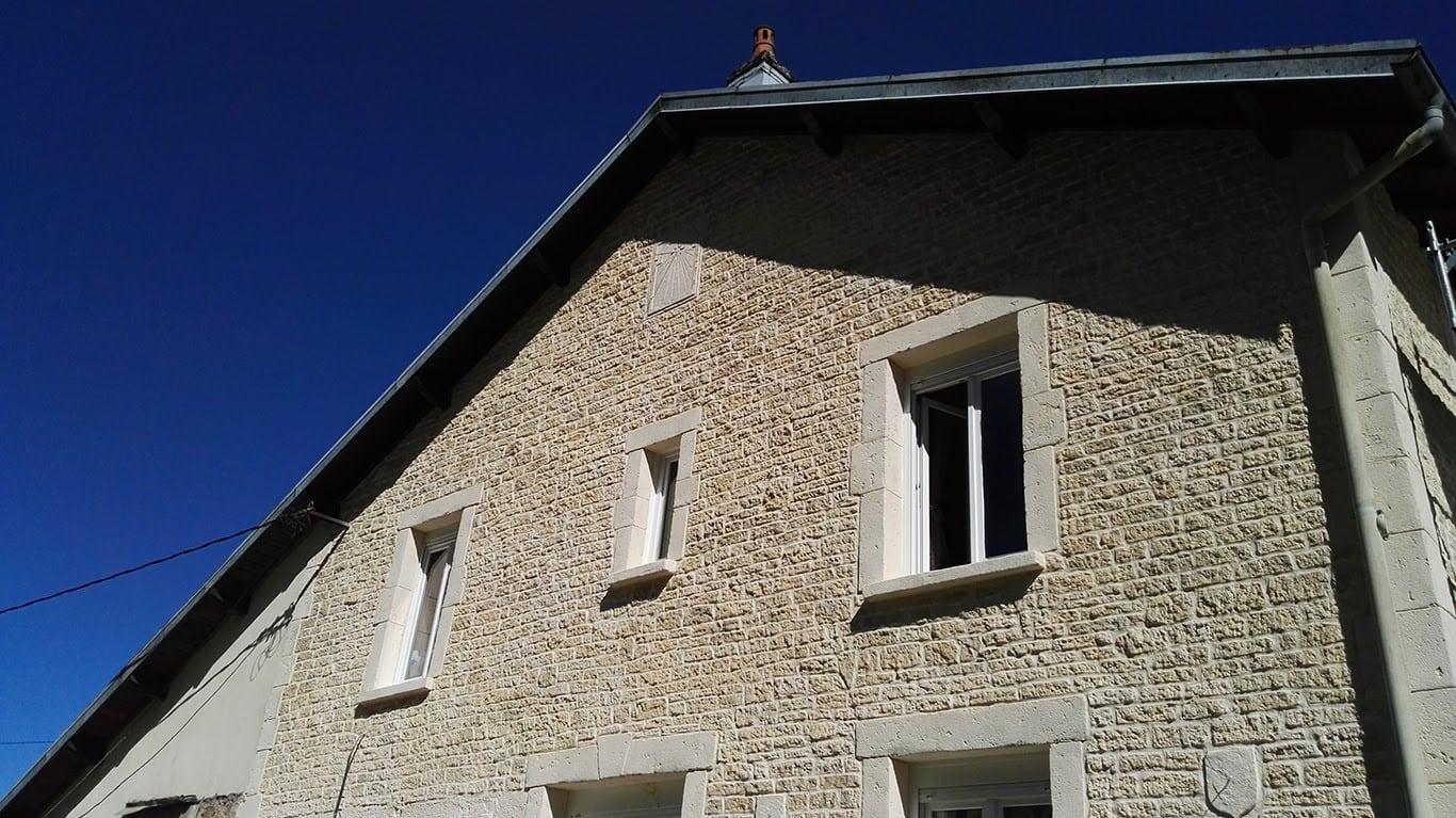 enduit mural décoratif fausse pierre sur facade de maison