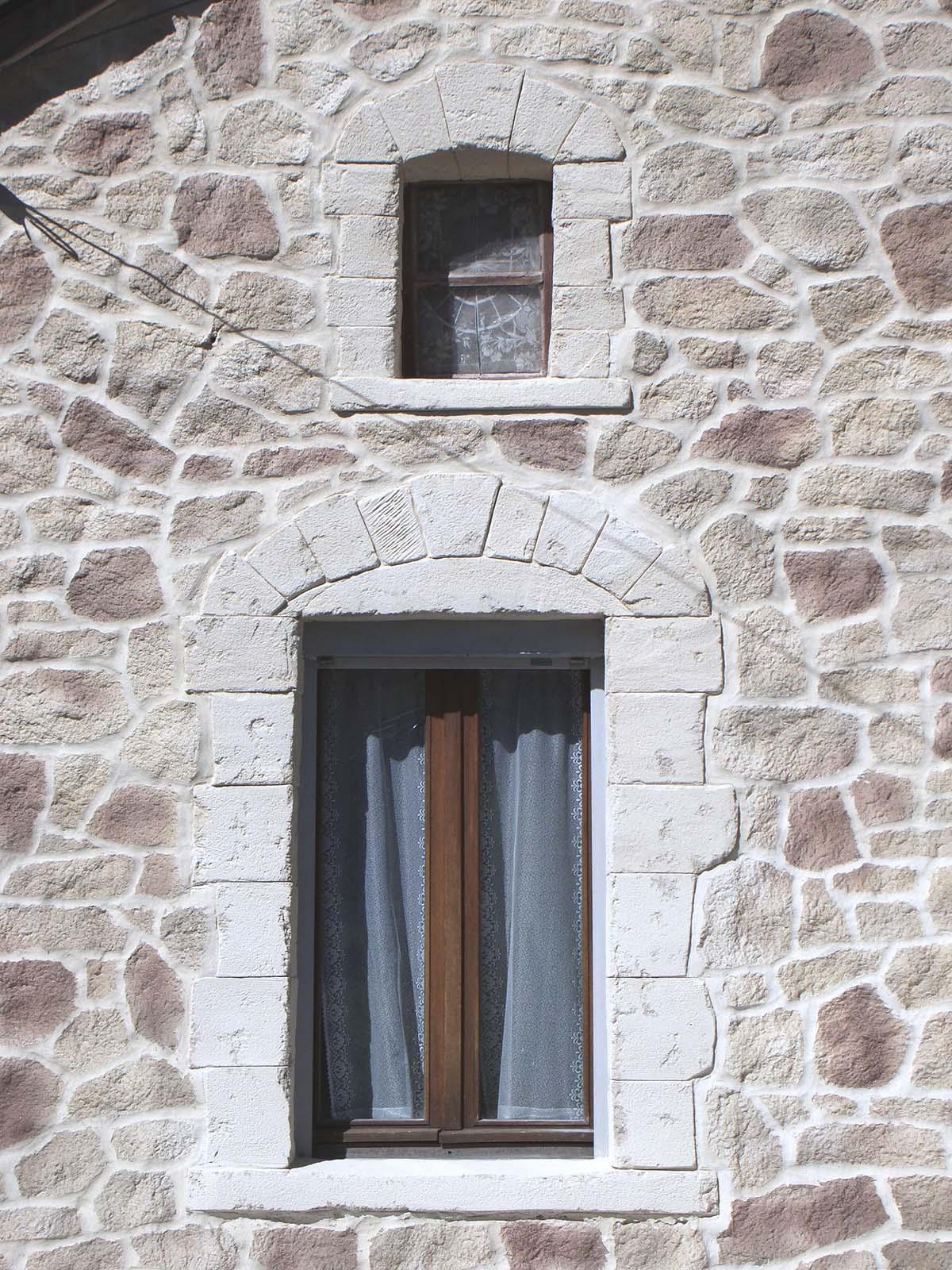 ouverture de fenetre arrondie avec de la fausse pierre