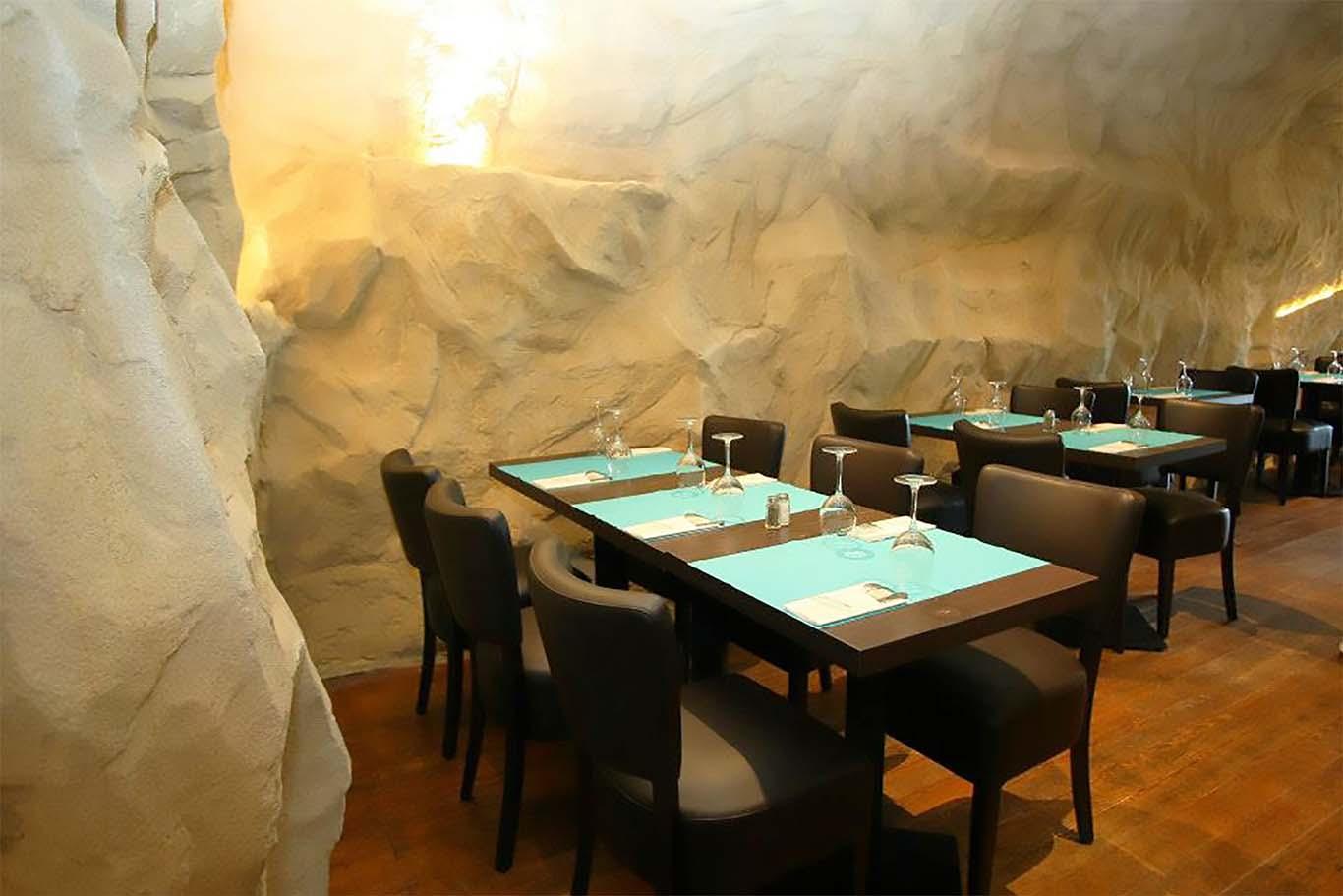table de restaurant devant paroie rocheuse