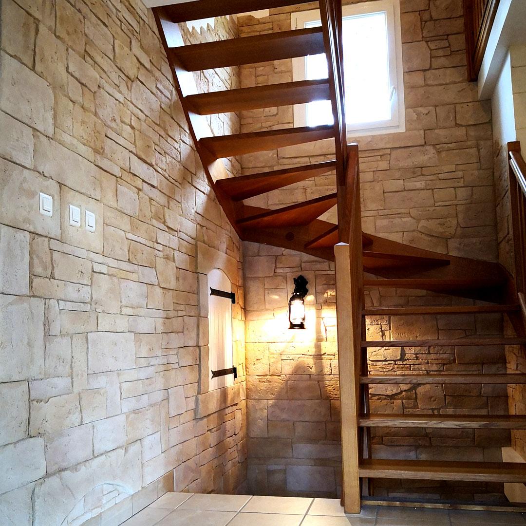 Enduit fausse pierre dans cage d'escalier intérieur aprés