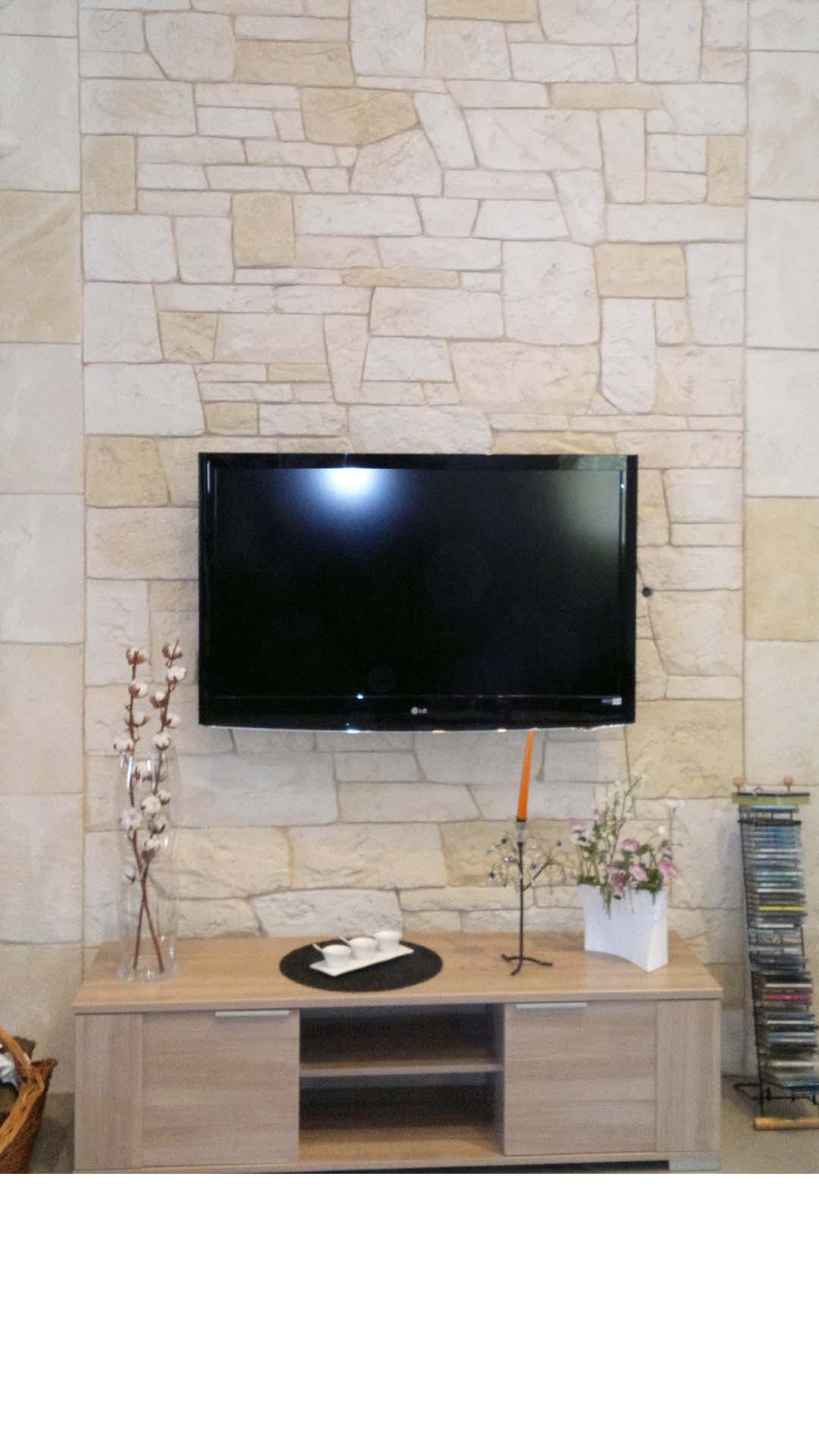 mur-de-pierre-derrière-télé