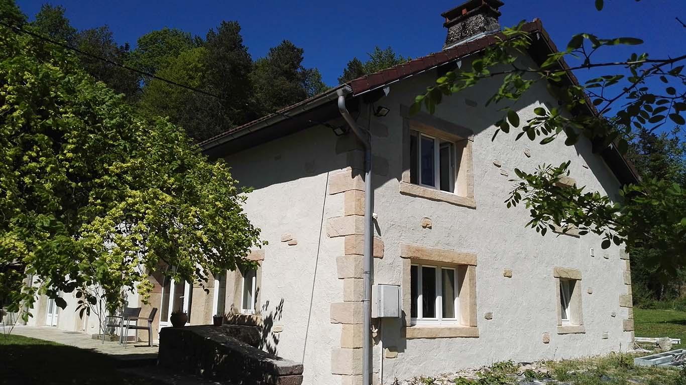 ravalement-de-facade-avec-enduit-a-la-chaux-traditionnel-sur-ferme-vosgienne-encadrement-portes-et-fenetres-enduit-facon-pierre-naturel