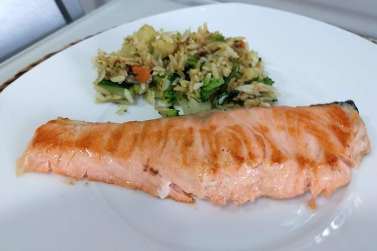 Salmón a la plancha con arroz de verduras y curry 1