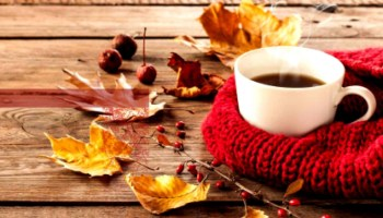 café otoñal con manzana