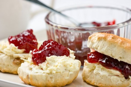 Scones con mermelada de fresa y clotted cream