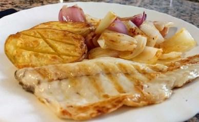 Lubina a la plancha con cebollas y patatas al horno