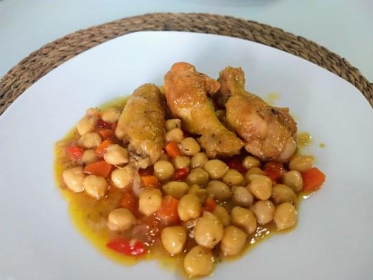 Guiso de alitas de pollo con garbanzos
