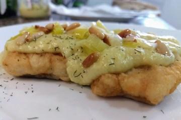 Bacalao con salsa de puerros y piñones