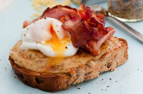 Welsh Rarebit con huevo y bacon