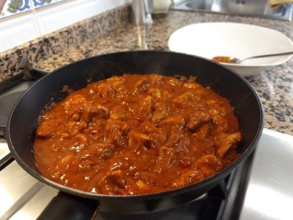 Mezcla de todos los ingredientes en el pollo tikka masala