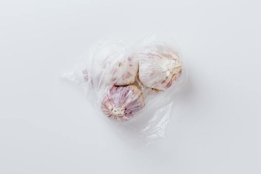 No guardar las cabezas de ajos en bolsas de plástico