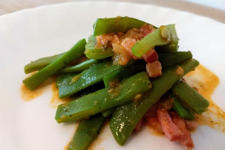 judías verdes con bacon y tomate