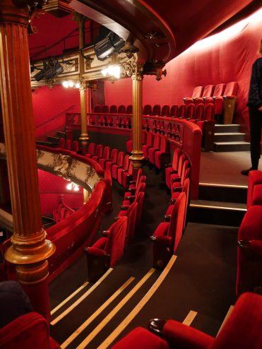 Les sièges pourpres du théâtre