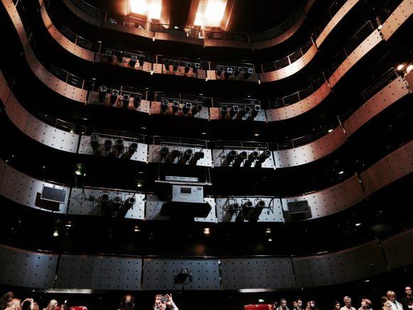 Les balcons de la salle de représentation vus de la scène