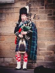 Un homme en kilt jouant de la cornemuse
