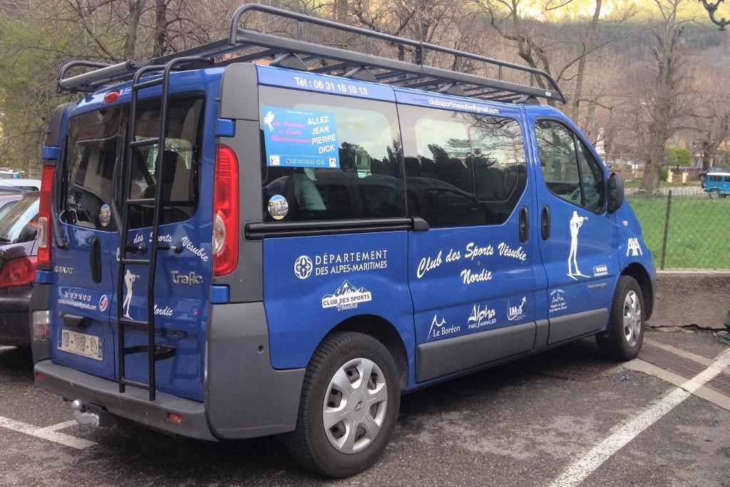 Flocages des logos partenaires sur véhicule utilitaire Club des Sport Vésubie par Communication Hors Piste
