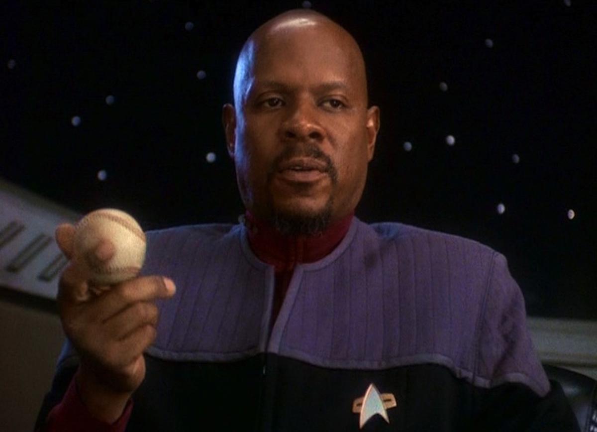 Sisko in Deep Space Nine mit seinem Tennisball am Schreibtisch