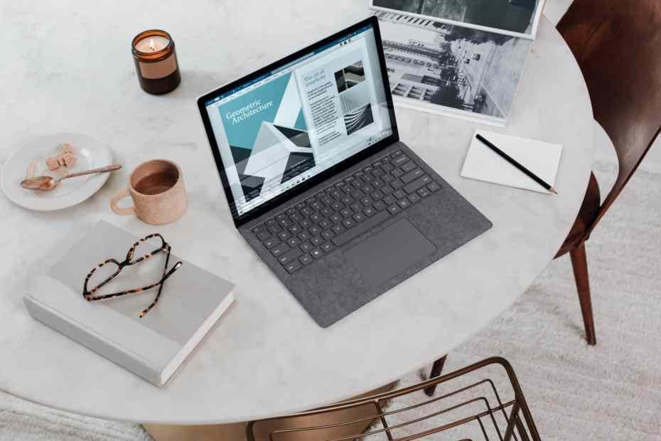 bureau avec ordinateur et bougie