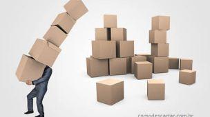 Homem carrega papelão, como descartar papelão