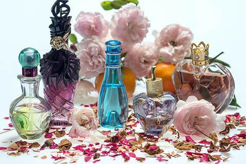 Vários vidros de perfume coloridos, como descartar vidro de perfume?