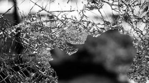Como descartar vidro quebrado ou inteiro